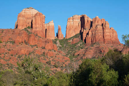 Photo pour Cathedral Rock above green summer foliage near Sedona, Arizona on cloudless summer day. - image libre de droit