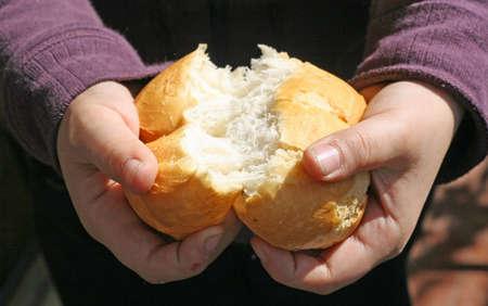 Photo pour child who breaks a piece of bread with your hands - image libre de droit