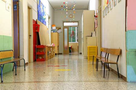 Photo pour long corridor of a nursery school during the holidays without children - image libre de droit