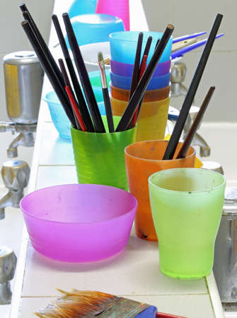 Foto per many brushes to wash after the lession of teaching painting technique in a drawing school - Immagine Royalty Free