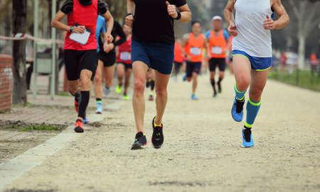 Foto de footrace with many runners in the city - Imagen libre de derechos