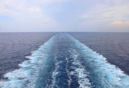 Photo pour Ship's Wake  on the water of ocean - image libre de droit