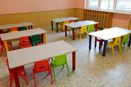 Photo pour small chairs and tables of a class without children who were at home because of flu epidemic - image libre de droit