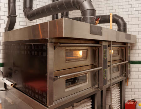 Photo pour Large industrial pizza oven in restaurant - image libre de droit