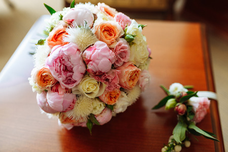 Foto de Wedding bridal bouquet with roses and other flowers on the table - Imagen libre de derechos