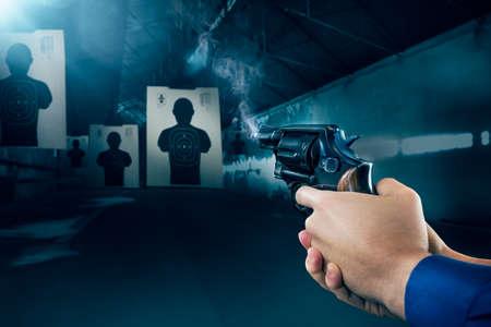 Photo pour Police officer holding a gun at a shooting range - image libre de droit
