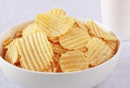 Foto für a bowl of potato chips with a cup of drink - Lizenzfreies Bild