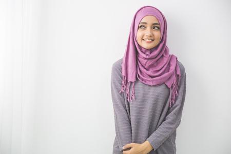 Photo pour portrait of pretty oung asian muslim woman in head scarf smile - image libre de droit