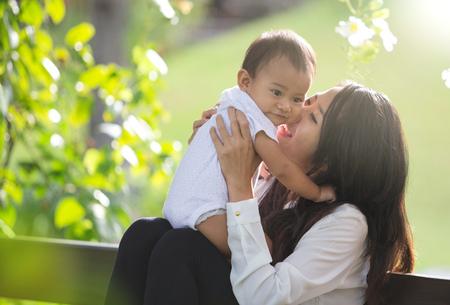 Foto de portrait of Beauty Mother and her Child playing in Park together - Imagen libre de derechos