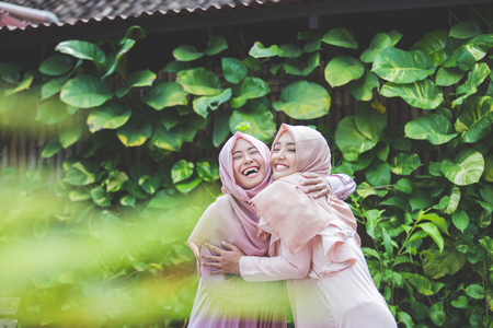 Photo pour group of attractive asian woman with hijab together. best friend hugs each other - image libre de droit