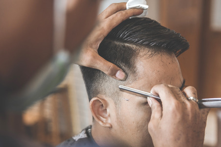 Foto für man getting his hair cut at barbershop - Lizenzfreies Bild