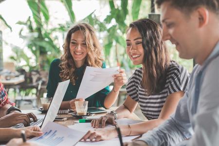 Foto de business creative designer brainstorming meeting in a cafe - Imagen libre de derechos