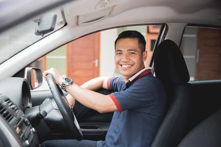 Foto de asian driver smiling to camera - Imagen libre de derechos