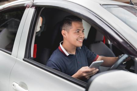Foto de mobile phone while driving - Imagen libre de derechos