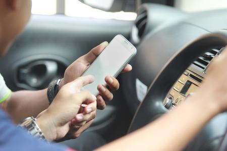 Photo pour customer ordering taxi via online apps - image libre de droit