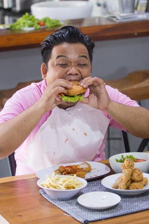 Foto für Young fat man eating - Lizenzfreies Bild
