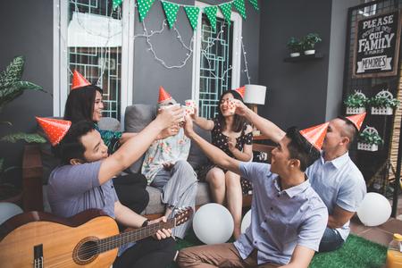 Photo pour friends enjoying party and cheers - image libre de droit