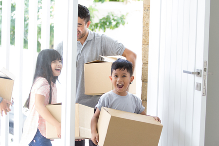 Photo pour parent and kids with cardboard box. moving to new house - image libre de droit