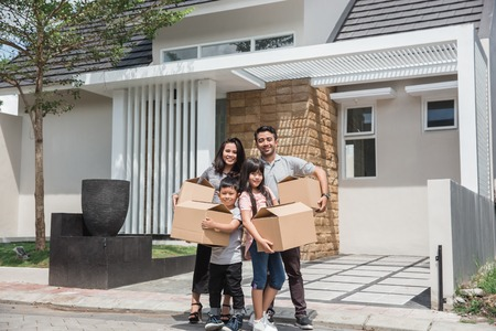 Photo pour moving day. happy asian family in front of their new house - image libre de droit
