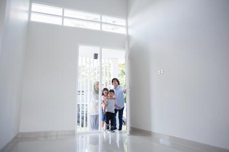Photo pour entering new house to buy - image libre de droit