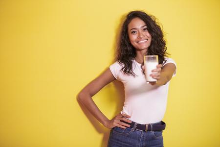 Foto de beautiful asian woman offering a glass of fresh milk - Imagen libre de derechos