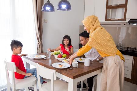 Photo pour asian muslim family having breakfast - image libre de droit