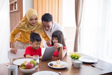 Photo pour family using tablet pc at home - image libre de droit