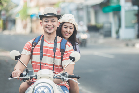 Photo pour backpackers couple riding a motorbike to start their journey - image libre de droit
