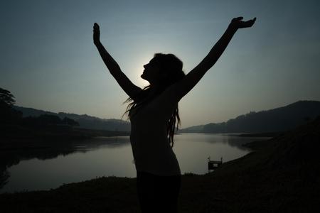 Foto de portrait silhouette of woman wake up in the morning - Imagen libre de derechos