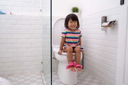 Photo pour child sitting and learning how to use the toilet - image libre de droit