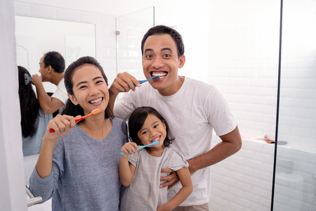 Photo pour happy asian family brush their teeth together - image libre de droit