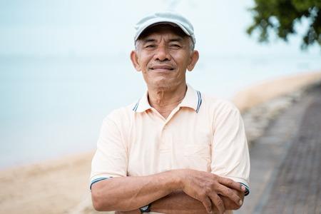 Photo pour asian senior male smiling to camera - image libre de droit