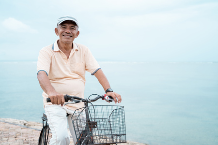 Foto de senior male riding a bicycle - Imagen libre de derechos