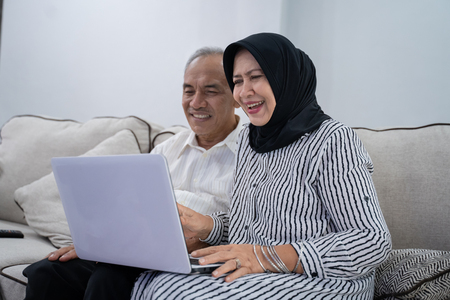 Photo pour asian old couple together using laptop - image libre de droit