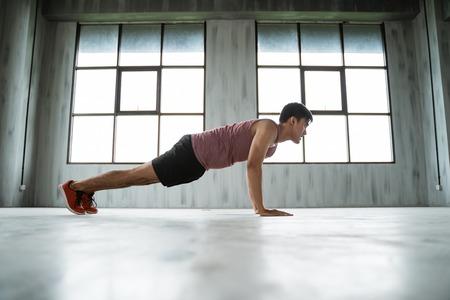Foto de sport man exercising indoor at the gym hall - Imagen libre de derechos