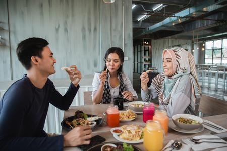 Foto de happy asian friends having lunch together - Imagen libre de derechos