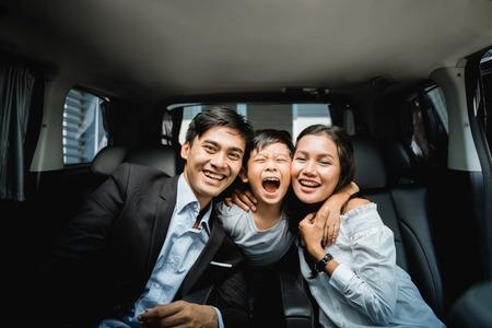 Photo pour couple business family with their kid - image libre de droit