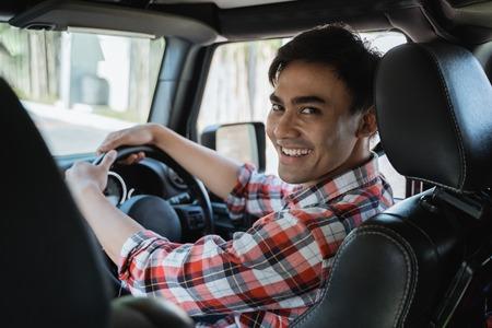 Foto de male driver looking at the back - Imagen libre de derechos