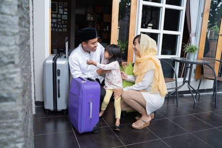 Foto de asian muslim family travelling concept - Imagen libre de derechos