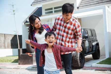 Foto de asian family with kid in front of their house and car - Imagen libre de derechos