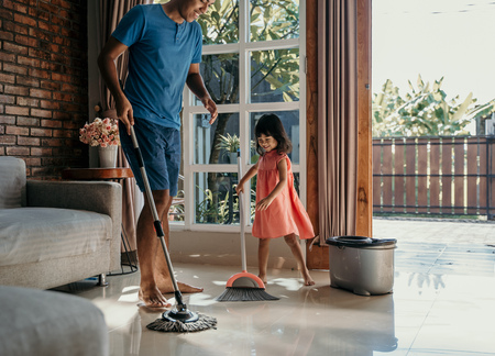 Foto de little girl help her daddy to do chores - Imagen libre de derechos