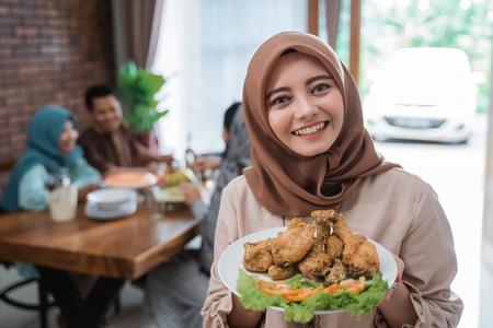 Foto de muslim woman with food served for family - Imagen libre de derechos
