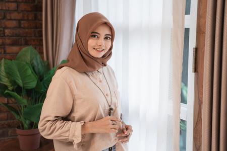Photo pour muslim woman using tablet - image libre de droit