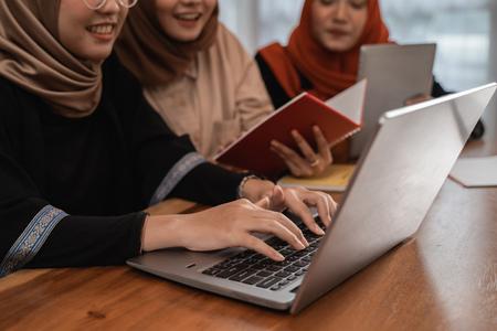 Photo pour student discussing together using laptop - image libre de droit