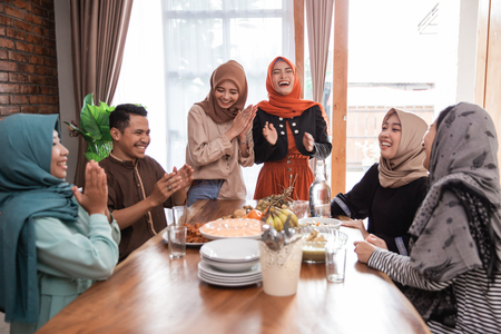 Photo pour muslim friend and family laughing together when lunch - image libre de droit