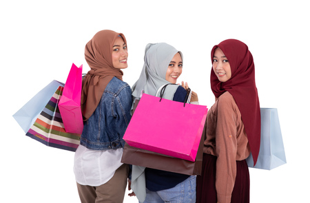 Photo pour muslim woman with scarf holding shopping bag - image libre de droit