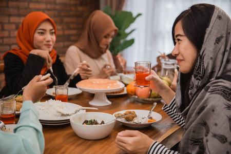 Photo pour muslim people having dinner break fasting together - image libre de droit
