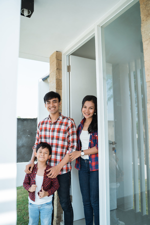 Foto de asian family in front of the door of their house - Imagen libre de derechos