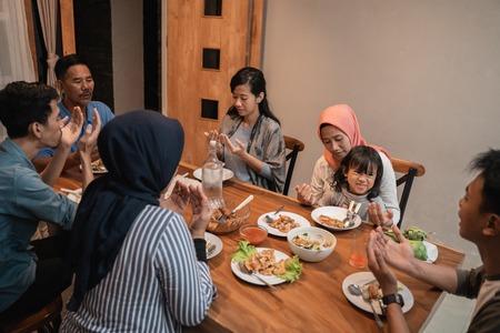 Foto de muslim family pray before dinner - Imagen libre de derechos