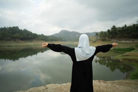 Photo pour open arm muslim woman outdoor - image libre de droit